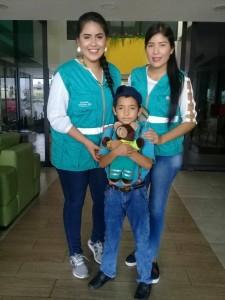 Emiliano preparado para iniciar su aventura, junto a Gigi y Daniela voluntarias de la fundación ambulancia deseo