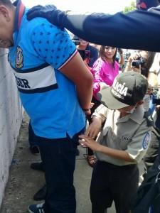 Emiliano ayudando a atrapar a los delincuentes